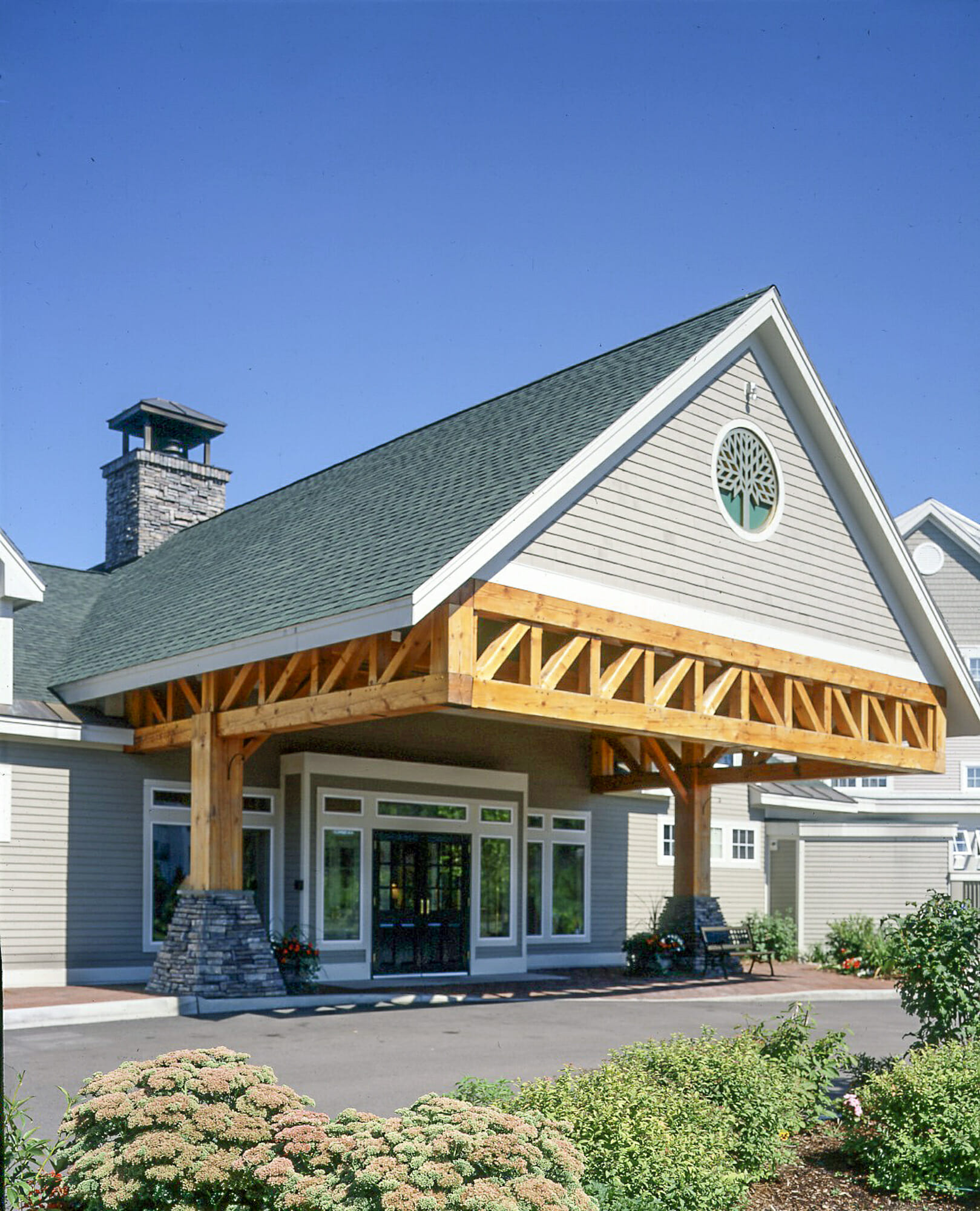 Timber frame hotel trusses porte cochere for Truss designs for homes